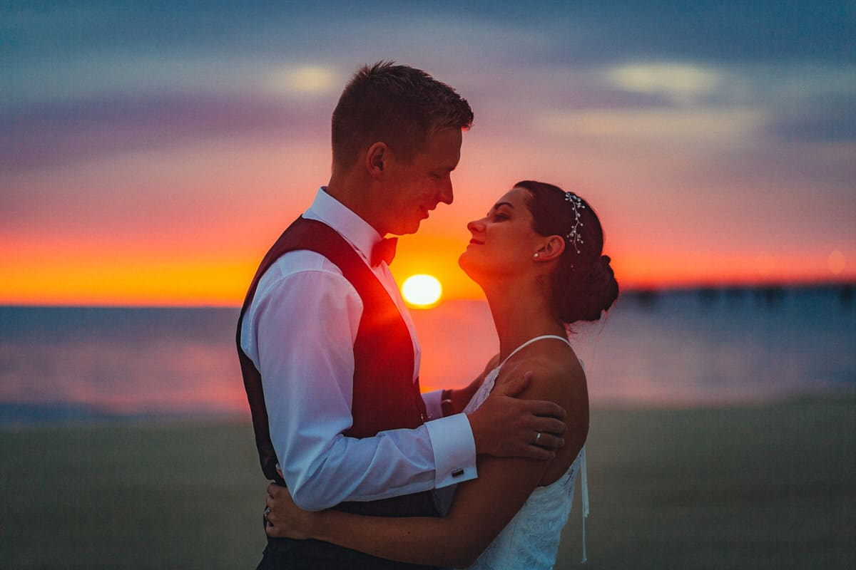 0003_Hochzeitsfotograf_Usedom_Brautpaar_am_Strand_Ahlbeck_IrisWoldt_2131_