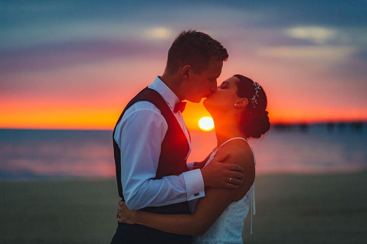 0004_Hochzeitsfotograf_Usedom_Brautpaar_am_Strand_Ahlbeck_IrisWoldt_2133_