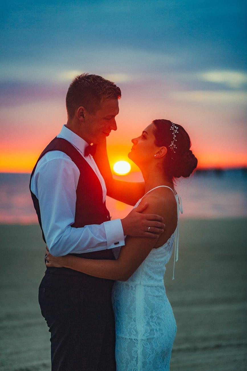 0005_Hochzeitsfotograf_Usedom_Brautpaar_am_Strand_Ahlbeck_IrisWoldt_2136_