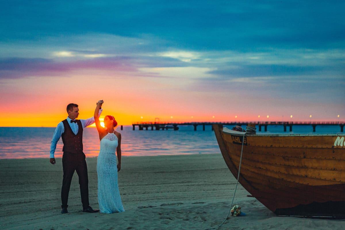 0006_Hochzeitsfotograf_Usedom_Brautpaar_am_Strand_Ahlbeck_IrisWoldt_4833_