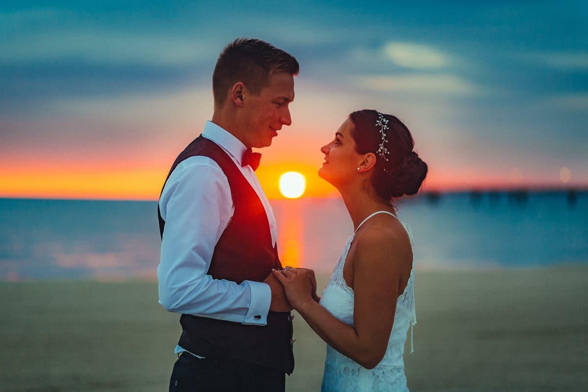 0009_Hochzeitsfotograf_Usedom_Brautpaar_am_Strand_Ahlbeck_IrisWoldt_2149_
