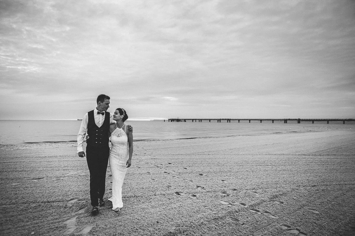 0012_Hochzeitsfotograf_Usedom_Brautpaar_am_Strand_Ahlbeck_IrisWoldt_4933_
