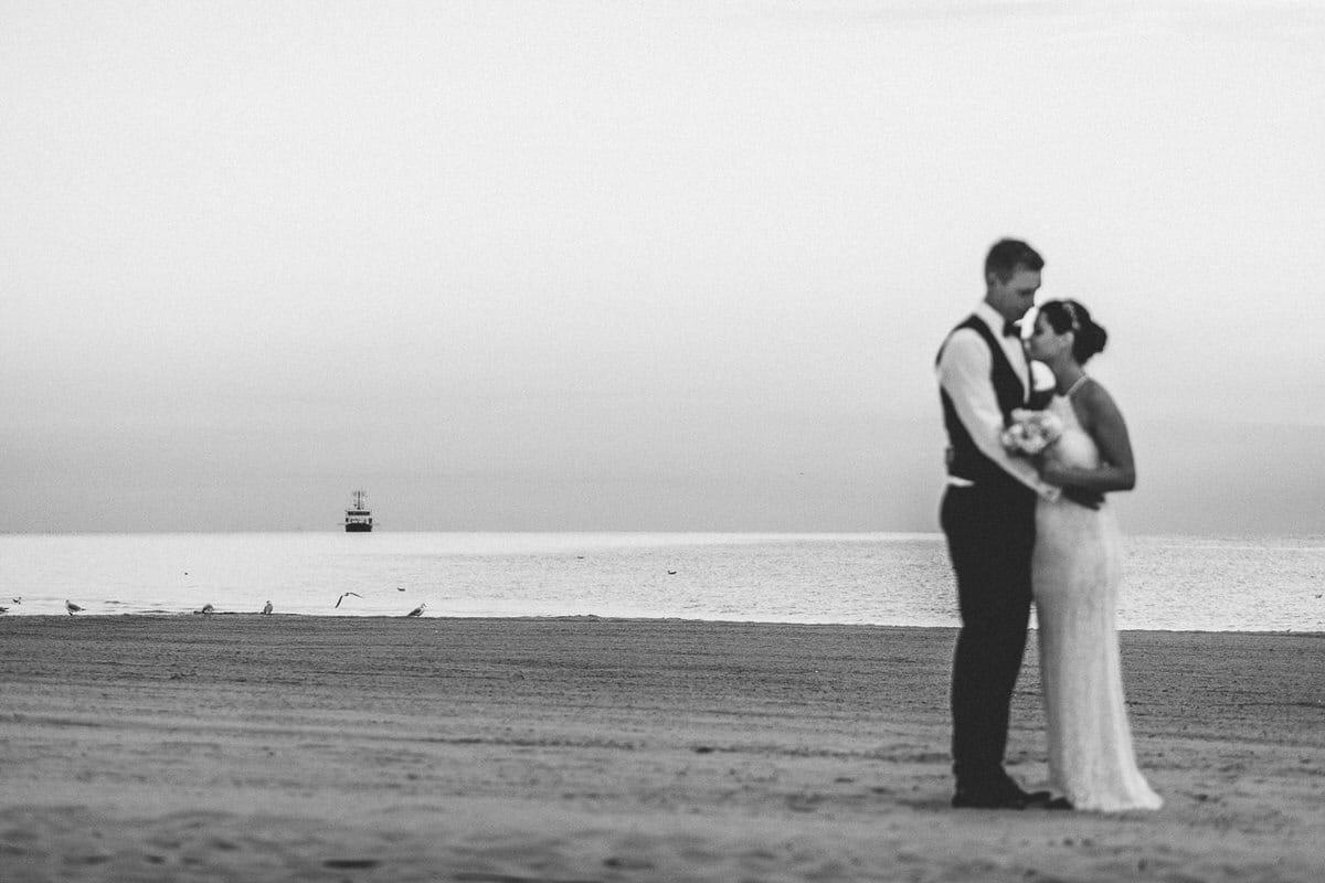 0015_Hochzeitsfotograf_Usedom_Brautpaar_am_Strand_Ahlbeck_IrisWoldt_0890_