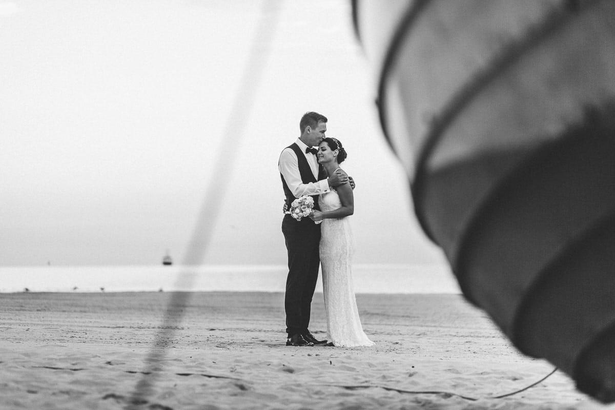 0016_Hochzeitsfotograf_Usedom_Brautpaar_am_Strand_Ahlbeck_IrisWoldt_2194_