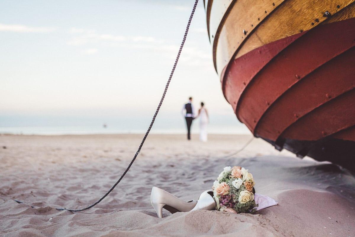 0017_Hochzeitsfotograf_Usedom_Brautpaar_am_Strand_Ahlbeck_IrisWoldt_5012_