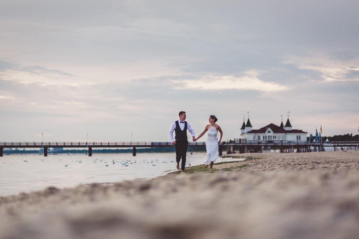 0020_Hochzeitsfotograf_Usedom_Brautpaar_am_Strand_Ahlbeck_IrisWoldt_2239_