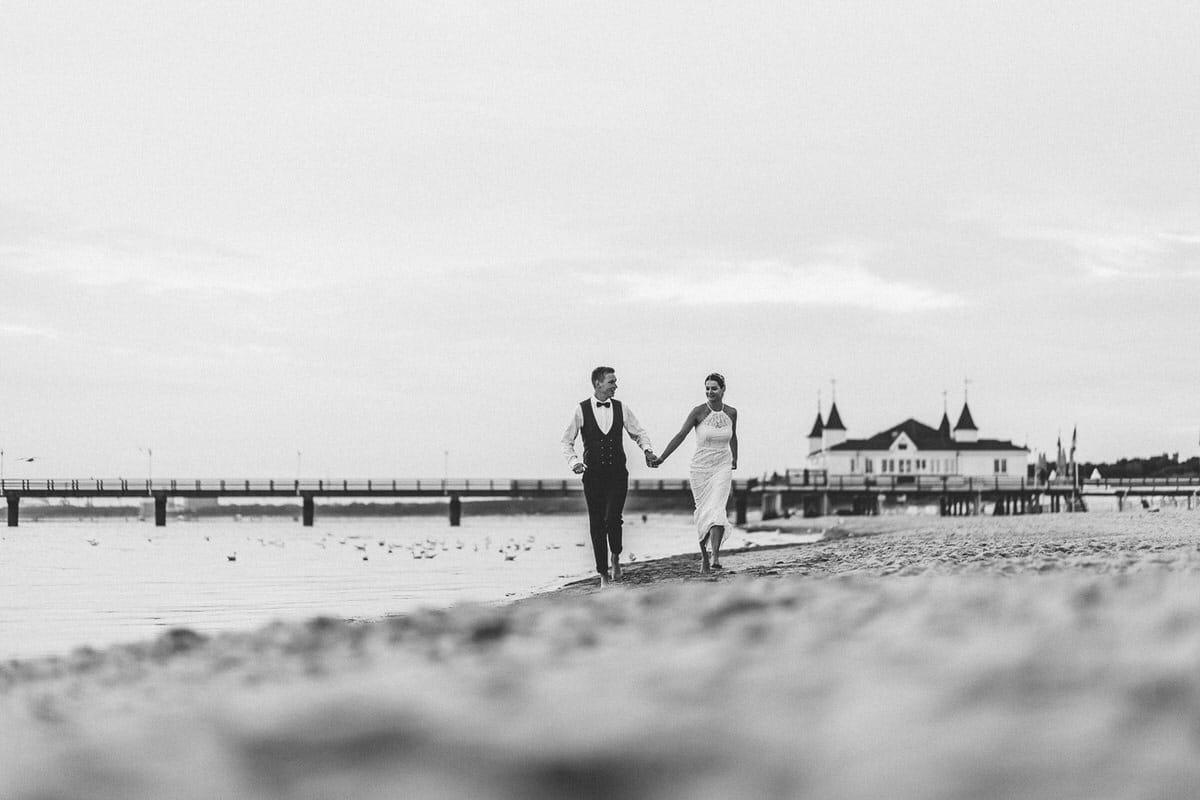 0021_Hochzeitsfotograf_Usedom_Brautpaar_am_Strand_Ahlbeck_IrisWoldt_2240_