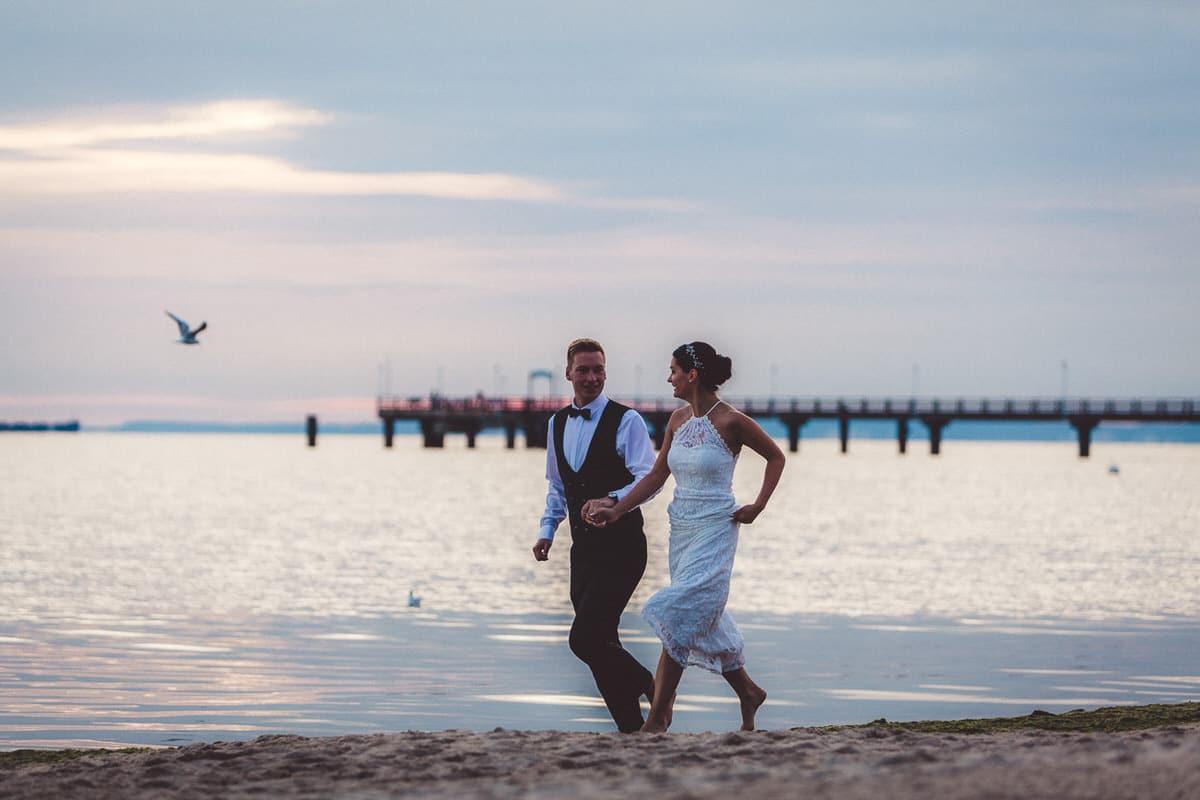 0022_Hochzeitsfotograf_Usedom_Brautpaar_am_Strand_Ahlbeck_IrisWoldt_0948_