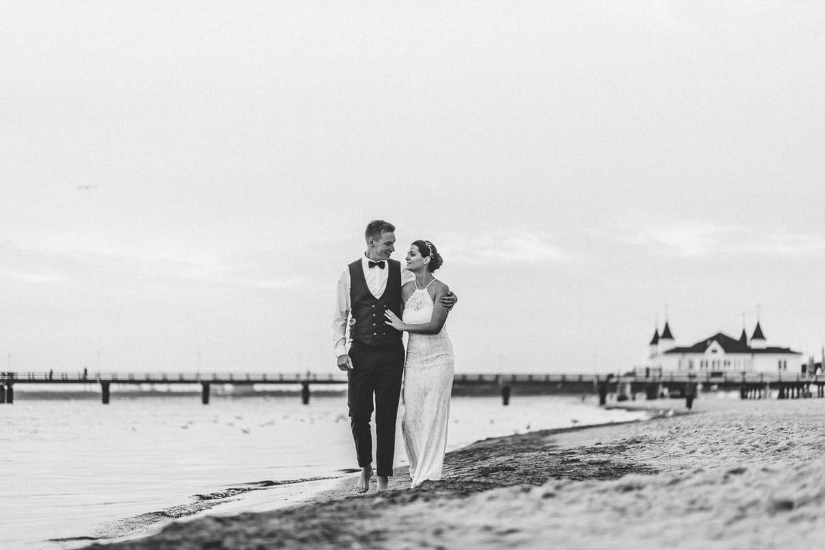 0025_Hochzeitsfotograf_Usedom_Brautpaar_am_Strand_Ahlbeck_IrisWoldt_2309_