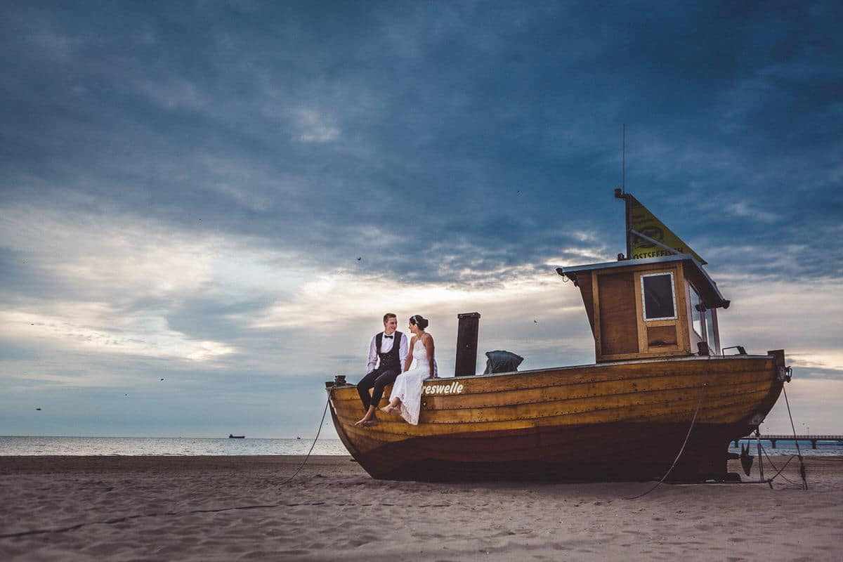 0027_Hochzeitsfotograf_Usedom_Brautpaar_am_Strand_Ahlbeck_IrisWoldt_5094_
