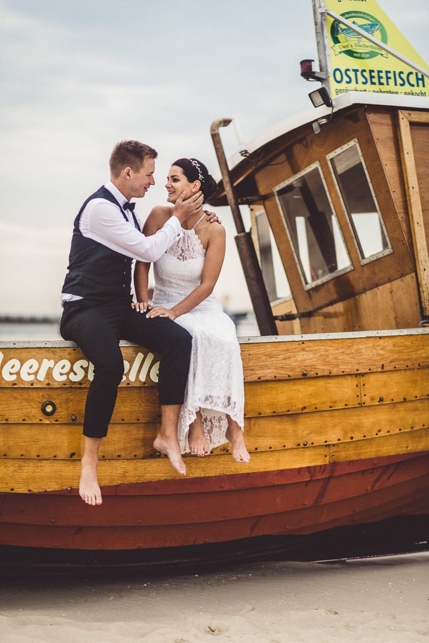 0030_Hochzeitsfotograf_Usedom_Brautpaar_am_Strand_Ahlbeck_IrisWoldt_2367_
